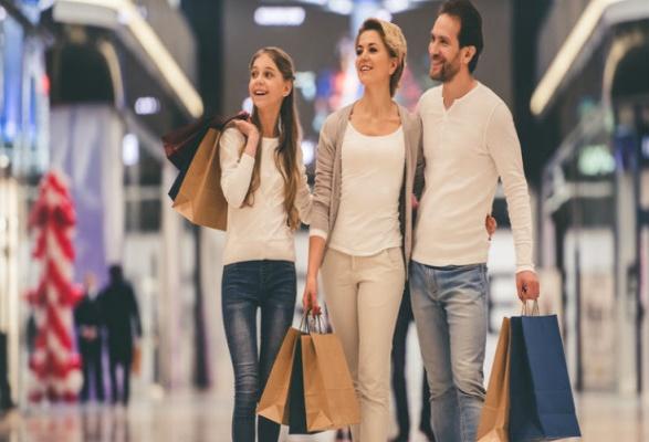 familia comprando en centros comerciales