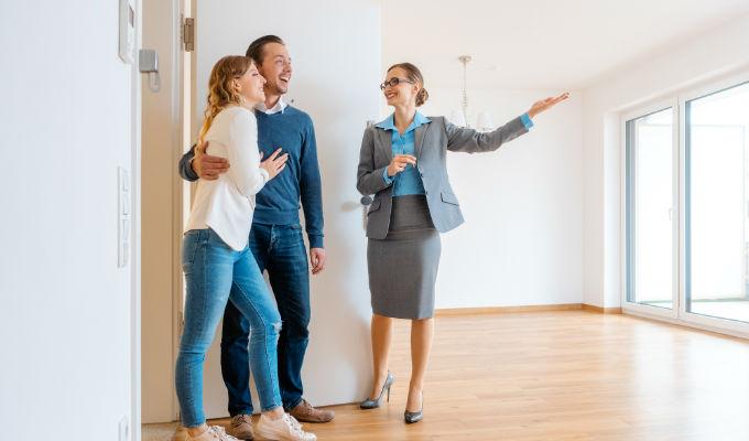 Arrendador dando a conocer su propiedad horizontal