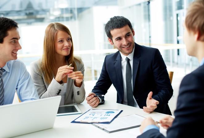 Personas concretando un negocio