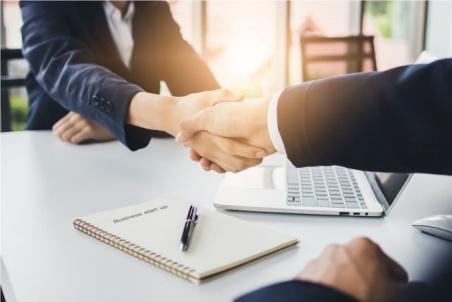 Una pareja de empresarios se estrechan la mano