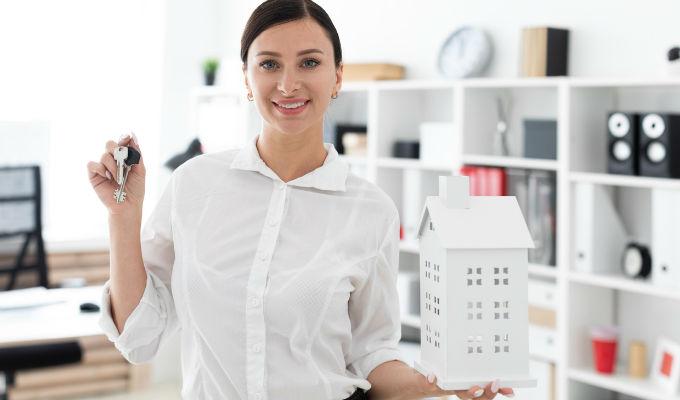 Mujer adquiriendo una nueva propiedad